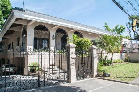 Spacious Classic House in Ayala Alabang Muntinlupa for Rent