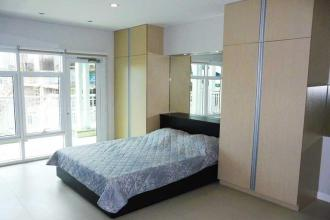 Fully Furnished Studio with Balcony at Red Oak Two Two Serendra
