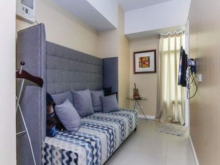 Fully Furnished Studio Unit at Two Serendra Red Oak Taguig